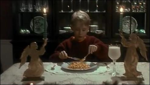 Qu'est-ce que mange Kevin à 9h du soir, juste avant que Harry et Marvin viennent cambrioler la maison ?