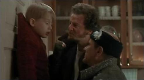 Qui vient sauver Kevin alors qu'il était accroché à la porte par les deux cambrioleurs ?