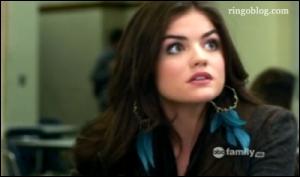 Avec qui Aria était-elle lorsqu'elle a surpris son père en train de tromper sa mère avec une autre femme ?
