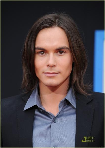Quel est le nom de l'acteur jouant Caleb ?