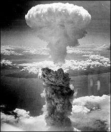 En quelle année et quel mois fut lancée la première bombe atomique ?