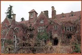 Immense demeure qui sera le théâtre de nombreuses et inexplicables tragédies :