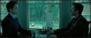 Edward et Charlie sont dans la cuisine, Edward tient un verre :