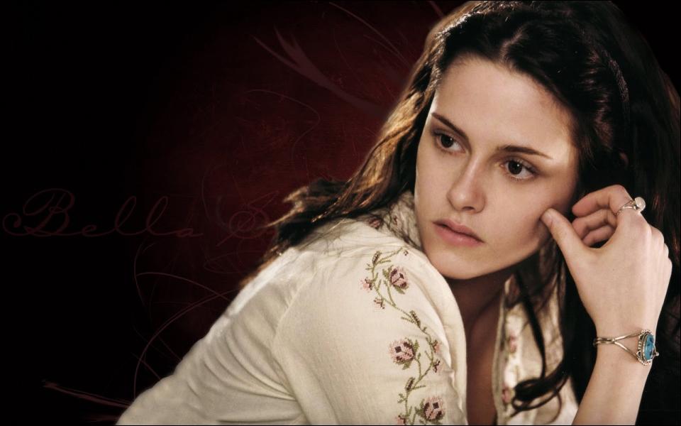 Qui a prêté la robe du bal de fin d'année à Bella ?