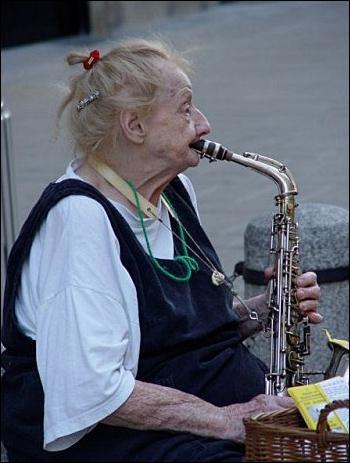 Hé, mais elle joue toujours du saxo !
