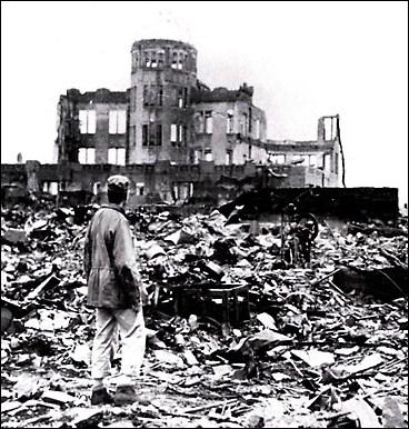 La ville d'Hiroshima, au Japon, fut détruite en 1945 par :