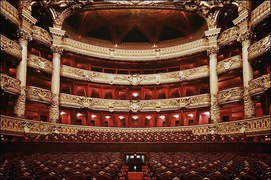 Lorsqu'ils vont à l'opéra, le personnage joué par Omar Sy explose de rire car :