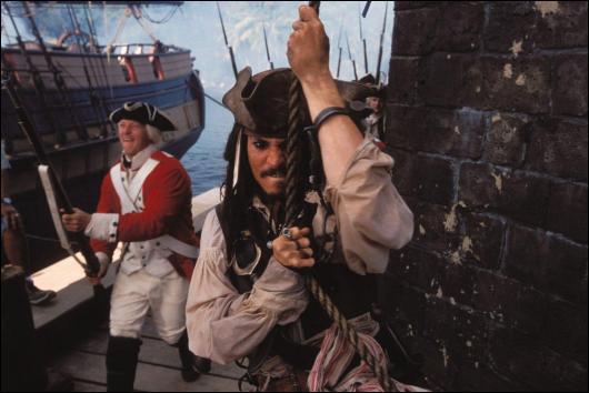Quadrilogie dont le premier film est sorti en 2003, réalisé par Gore Verbinski. Depp joue le rôle de Jack Sparrow, un capitaine loufoque qui n'est pas pour autant un abruti.
