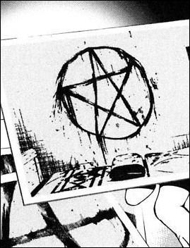 Light fait donc un test sur six prisonniers et leur ordonne de faire des choses inhabituelles avant leur mort. Le premier d'entre eux dessine ainsi une étoile juste avant de mourir sur le mur avec :