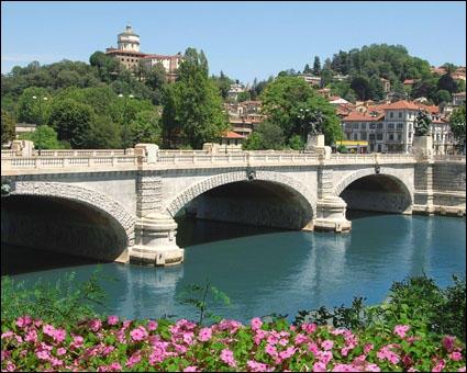 Le plus long fleuve d'Italie est le Pô. Il prend sa source au pied du Mont Viso dans le Piémont, et après un parcours de plus de 600 km il se jette dans la mer ...