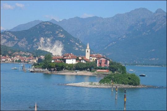 Le lac Majeur s'étend sur un peu plus de 60 km et se partage entre l'Italie et la Suisse. Une dizaine d'îles le parsèment. Les plus célèbres sont les îles :