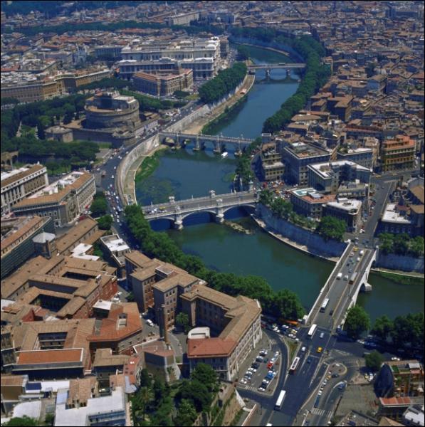 Il prend sa source en Emilie-Romagne et après un parcours de 405 km il se jette dans la mer Tyrrhénienne près d'Ostie, après avoir traversé Rome. Quel est son nom ?