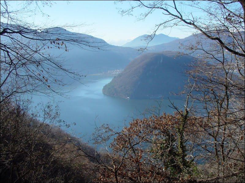 Ce lac, partagé entre la Suisse et l'Italie, fait partie des Sept lacs de la province de Varèse. Il tient son nom d'une ville suisse se trouvant sur sa rive nord. C'est le lac de ...