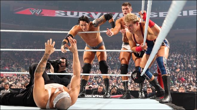 Au cours de ce match, quel lutteur se blesse en ratant une prise aérienne ?