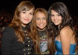 Qui est la fille à gauche de Miley Cyrus ?