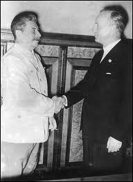 Comment s'appelle le chef de la diplomatie allemande signataire des accords de Munich et du pacte de non-agression germano-soviétique ?