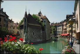 Quelle ville appelle-t-on 'la Venise des Alpes' ?