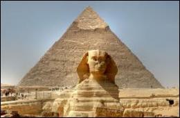 Comment appelle-t-on cet ensemble de tombeaux comportant plusieurs pyramides datant de l'Ancien Empire égyptien ?