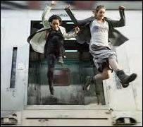 De quel moyen de transport, lancé à pleine vitesse, saute-t-elle pour rejoindre le centre de formation des Audacieux ?