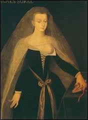 Surnommée la 'Dame de Beauté', elle fut la favorite de Charles VII. Elle inventera les tenues précieuses et les décolletés.
