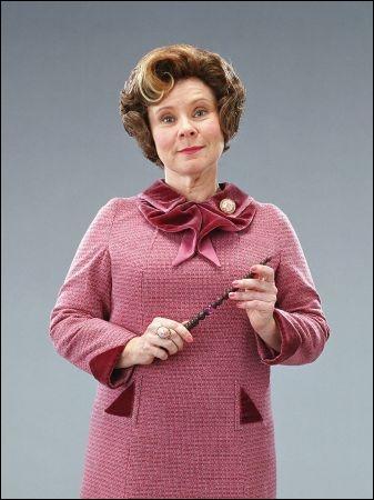 Dolores Ombrage interdit à ses élèves de pratiquer la magie.