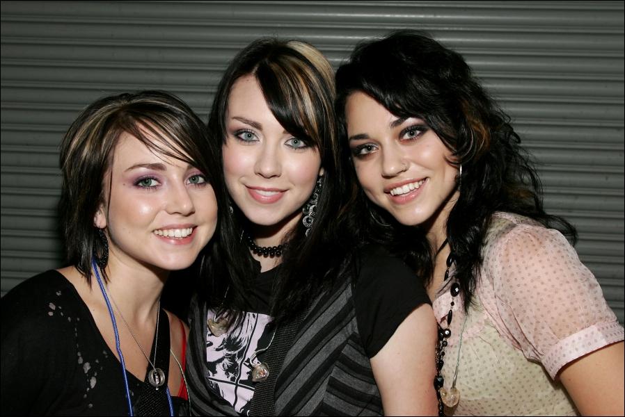 Trois soeurs constituant un groupe de pop-rock qui ont eu l'honneur de chanter dans l'album d'Hannah Montana le Film, le titre 'Find Yourself In You'. Il s'agit de...