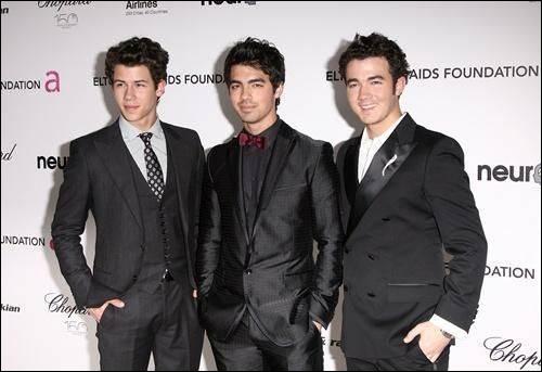 Cette fois-ci, il s'agit de trois frères célèbres connus pour leur succès musical et leur popularité auprès des filles, ce sont les...