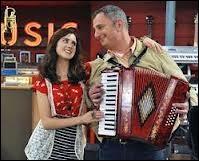 Comment s'appelle le père de la jeune fille qui joue de l'accordéon ?