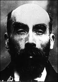 Surnommé le 'Barbe bleue de Gambais', guillotiné en 1922 pour le meurtre de 11 personnes, escroc qui séduisait les femmes puis les tuait et brûlait leurs cadavres :