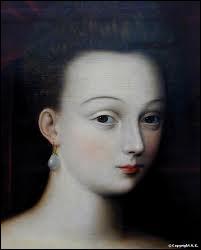 Favorite d'Henri IV, elle eut avec lui plusieurs enfants. Le roi souhaitait l'épouser mais elle mourut juste avant. Il porta le deuil, ce qui ne lui était pas permis.
