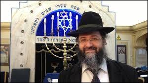 Avant d'aller à la sinagogue, elle prennait le temps de s'acroupir sur la berge du ravin.