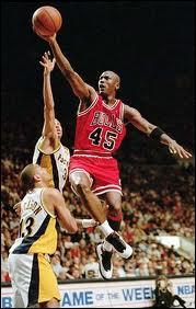Sport : quel basketteur américain a dominé le championnat NBA avec les Chicago Bulls dans les années 90 ?