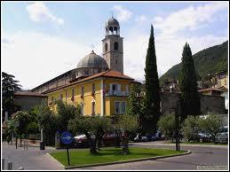 Délivré par un commando allemand, il fonde une éphémère nouvelle république dans le nord de l'Italie. Sous quel nom est connue cette république (sept 43-avril 45) ?