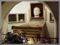 Intercepté par la résistance italienne, il est arrêté puis, à la suite d'un simulacre de jugement, condamné à mort. De quelle manière a-t-il été exécuté ?