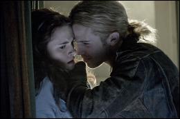 Dans le studio de danse, quel(le) membre ou partie du corps James casse-t-il à Bella ?