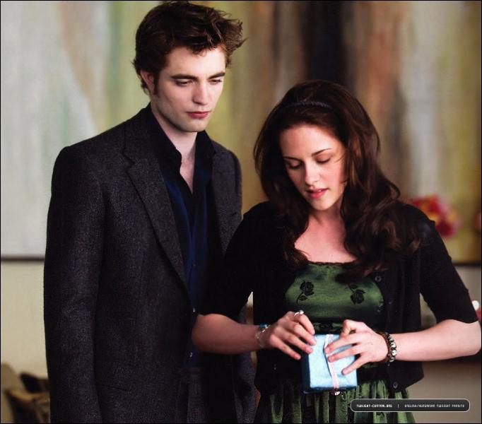 Qui tente d'attaquer Bella lorsqu'elle se coupe le doigt à sa fête d'anniversaire, chez les Cullen ?