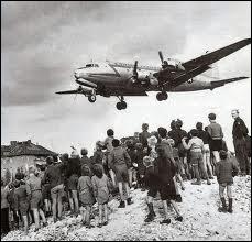 Quelle grave crise entre les blocs de l'Est et de l'Ouest marque les débuts de la guerre froide en 1948 ?