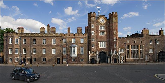 Qui a réalisé le Saint James Palace à Londres ?