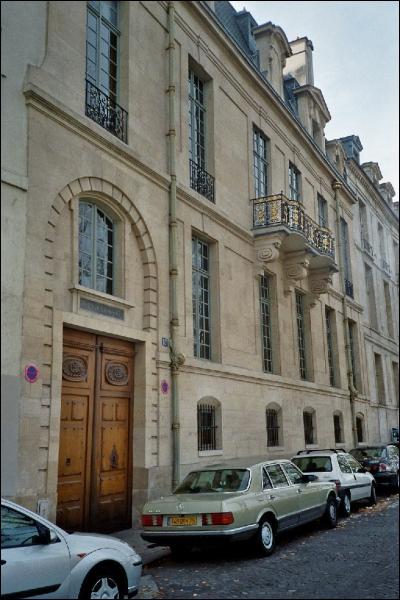 Qui est l'architecte de l'Hôtel de Lauzun à Paris ?