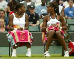 Les soeurs Williams ont chacune été n°1 mondiale en simple et en double (ensemble). Qui est l'aînée ?