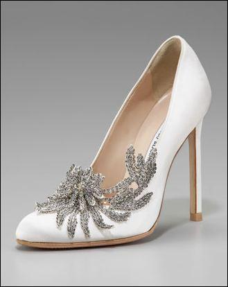 Quelles chaussures Alice oblige-t-elle Bella à porter pour son mariage ?