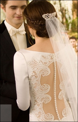 De quelle couleur est la robe de Bella, à la fin du film ?