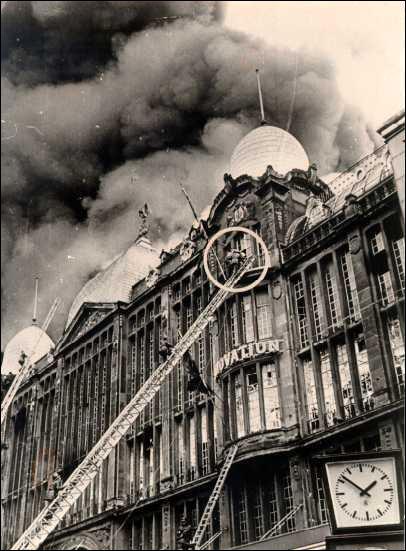 1967, 22 mai, incendie d'un grand magasin à Bruxelles (Belgique). 322 morts et disparus, le magasin s'appelait :