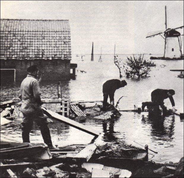 La nuit du 31 janvier au 1er février 1953, un raz-de-marée cause 1 800 morts dans le sud-ouest...