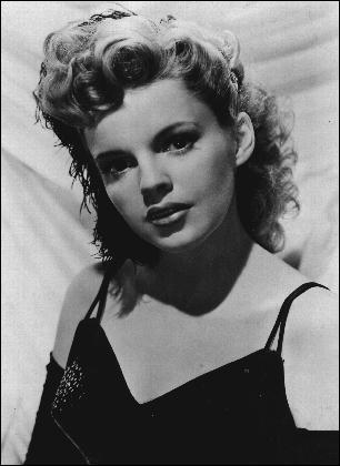 Elle commence sa carrière d'actrice à 13 ans, et comptera parmi sa courte carrière de très grands succès tels que Le magicien d'Oz, Une étoile est née, il s'agit de