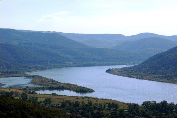 Quel est le nom du grand fleuve européen qui naît dans le massif montagneux de la question 4, à l'endroit où le Breg et la Brigach se rencontrent ?