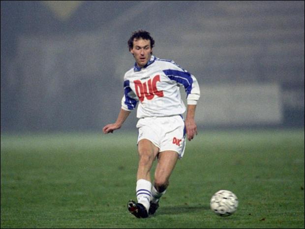 Il a été élu en 1990 et a relancé sa carrière française à Auxerre avec qui il a fait le doublé en 1996, c'est ... .