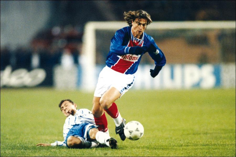 Il a été élu en 1993 on a fait de lui cette même année le vilain petit canard du foot français, c'est . .