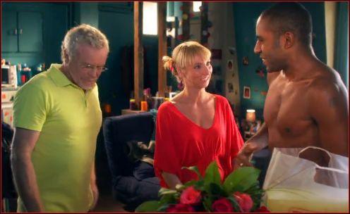 Qui est l'homme au polo jaune qui rend visite au couple ? ( cliquez sur la photo pour zoomer )
