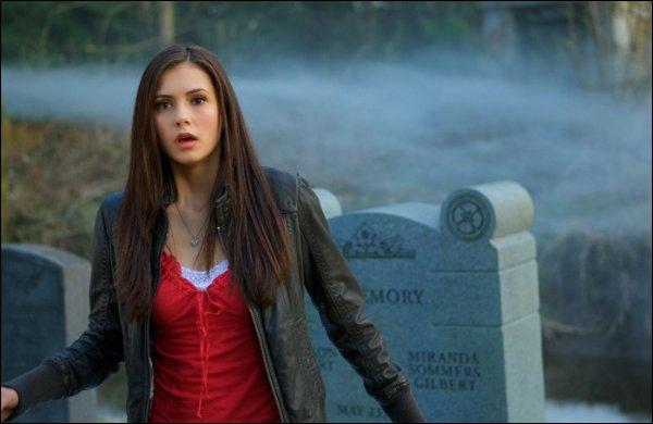 Dans la saison 1, que fait Elena tous les jours ?